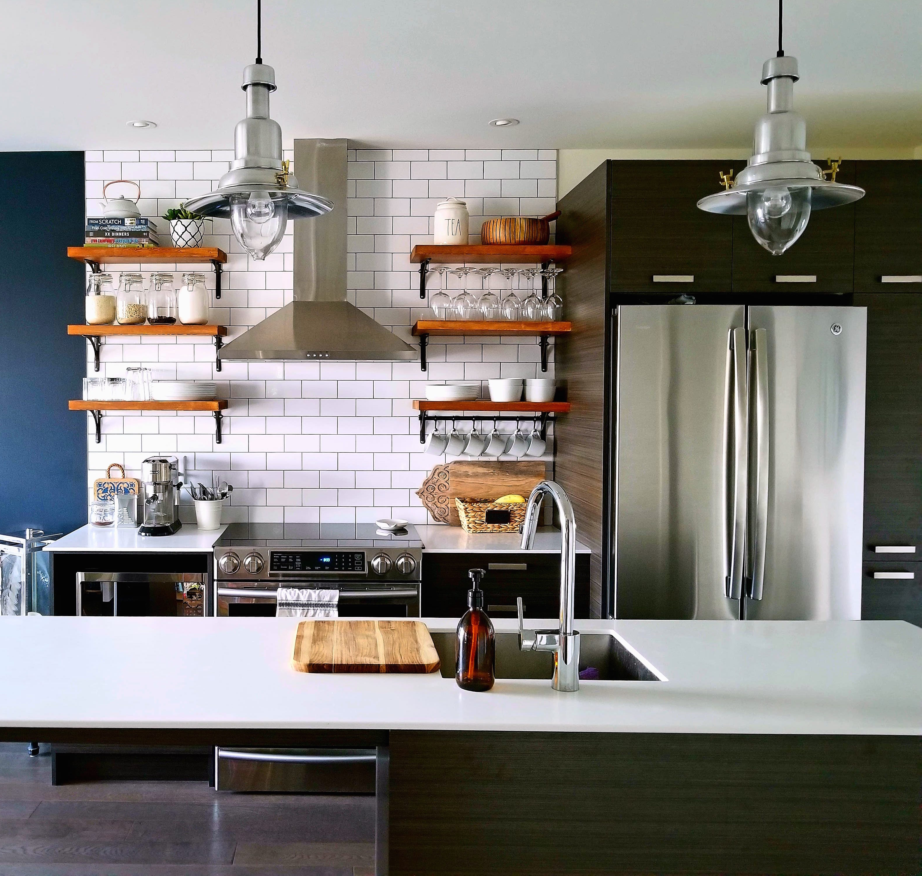 Subway tiles with open shelves